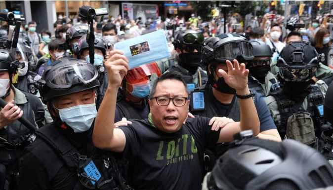 【chbtc】_香港黑衣暴徒堵塞街道破坏公物 有市民被围殴暴打