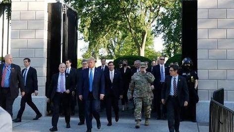 特朗普前往教堂讲话 警卫队释放催泪瓦斯暴力开道