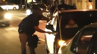 砸玻璃扎轮胎,开枪打司机,把女学生拖出强行上铐!这就是美警