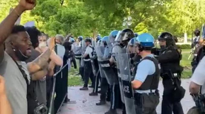 """大批示威者白宫外与警察对峙,高喊""""我无法呼吸"""""""