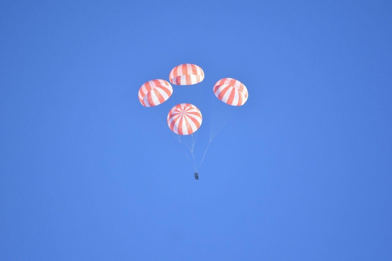 龙飞船将借助4个巨大的降落伞降落在海面