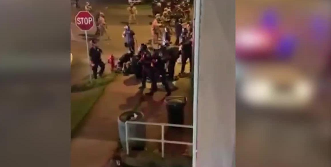 暴力升级!示威者驾车直冲警察防线 碾压两名警察后逃走