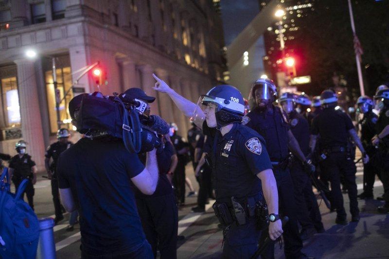 美警察再对记者下手:6人包抄亚裔摄影师 边猛推边爆粗口(图1)