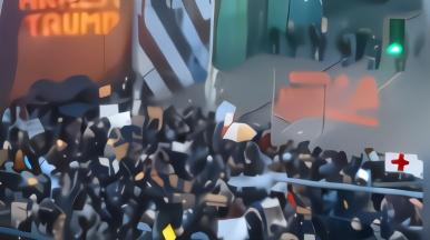 """""""逮捕特朗普""""!西雅图现场投射标语秀 抗议者欢呼"""