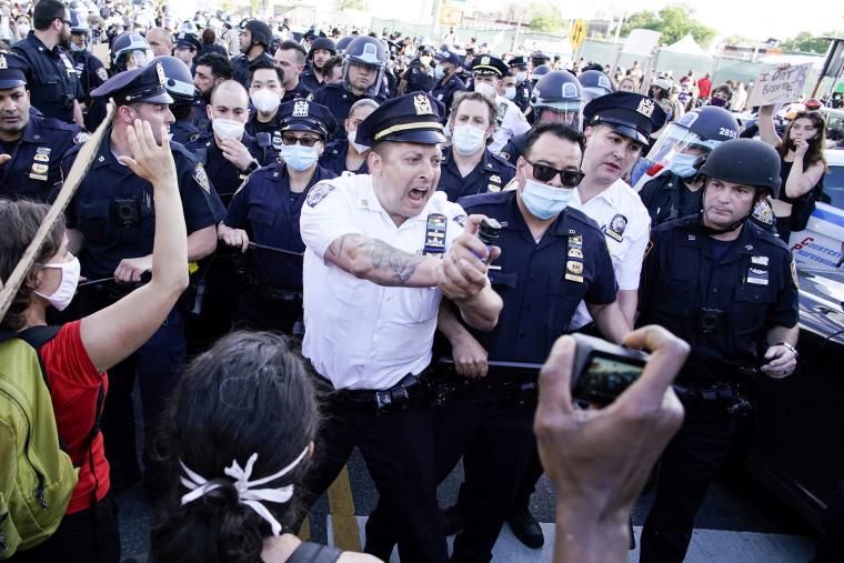 """""""美警无法无天!"""" 记者遭警察袭击百余次"""