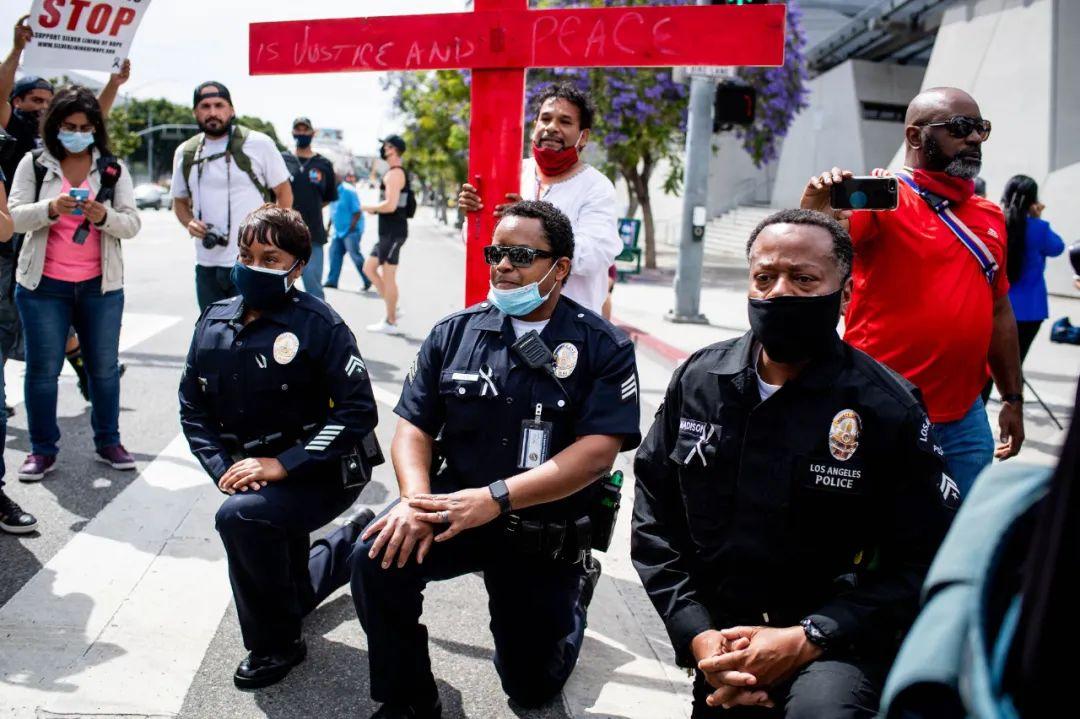 【快猫网址视频培训】_为什么美国警察要向抗议群众下跪?一位黑人警察的自白令人感伤