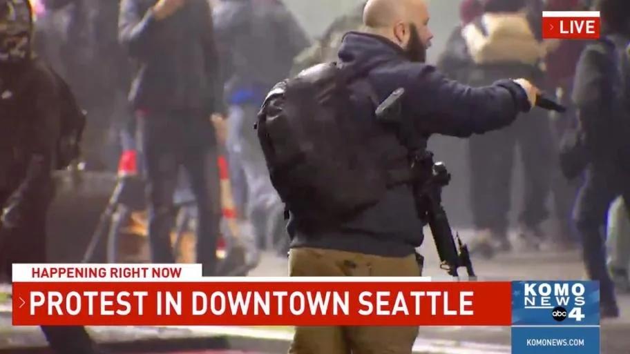 【张鹏翔】_美国街头抗议现场:有民众持AR15步枪,还有人拿猎弓