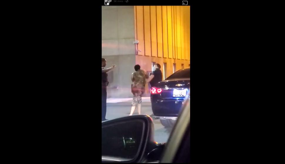 【中证登】_美国警察再被拍下暴力执法 女子遭重拳击倒在地