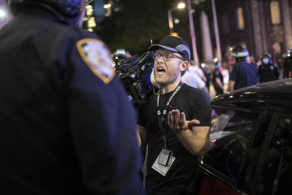 美警察再对记者下手:6人包抄亚裔摄影师 边猛推边爆粗口(图2)