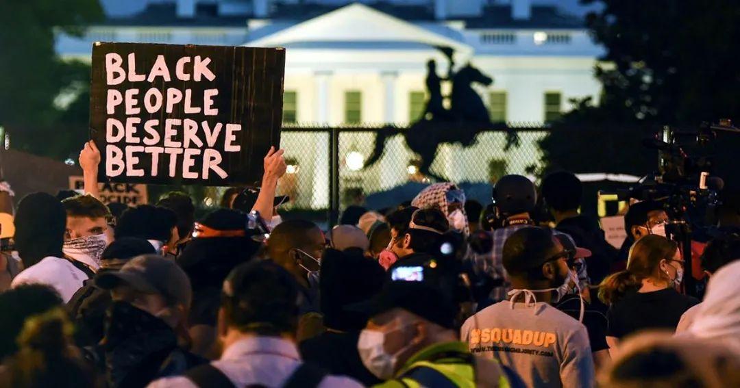 6月3日晚,白宫外仍然聚集着抗议人群。/美媒NBC视频截图