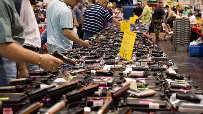 美国出现购枪潮:枪店老板称许多顾客系首次购买