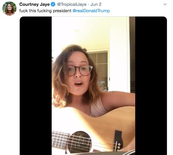 考特尼·杰伊弹唱《地堡男孩》。/推特