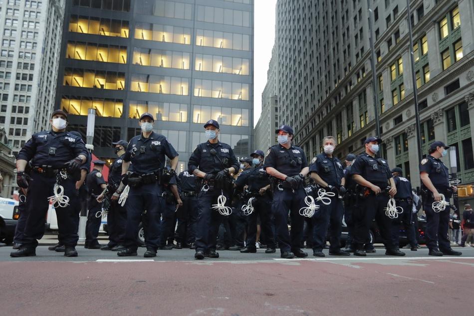 """明尼阿波利斯市议会当天召开紧急会议,一致投票赞禁止警察使用""""锁喉""""动作。  新华社 图"""