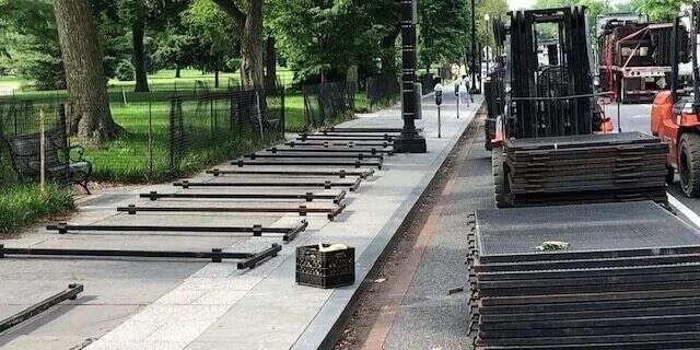 4日,铲车向白宫附近运输新的栅栏。/推特