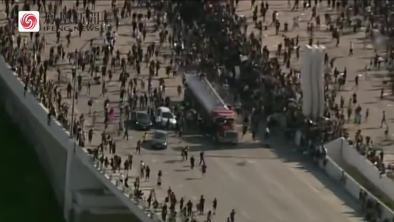 美国抗议人群突遭油罐车冲撞 大量抗议者四散奔逃