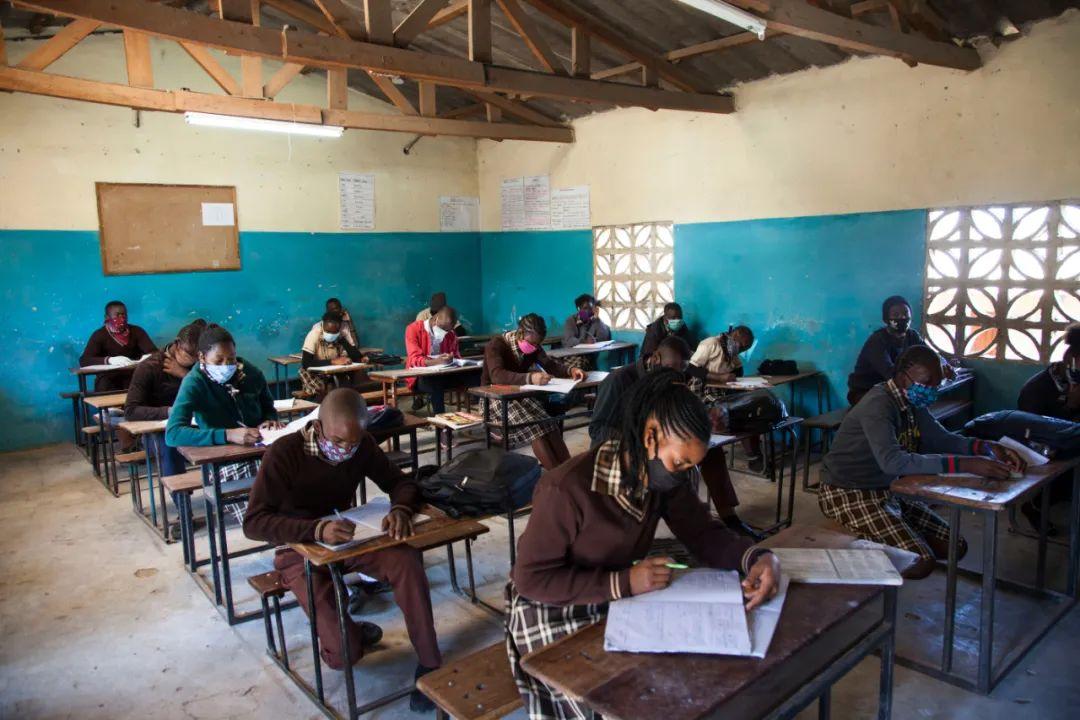 ▲6月1日,在赞比亚首都卢萨卡的一所学校,学生上课时保持一定的安全距离。新华社发(马丁·姆班圭塔摄)