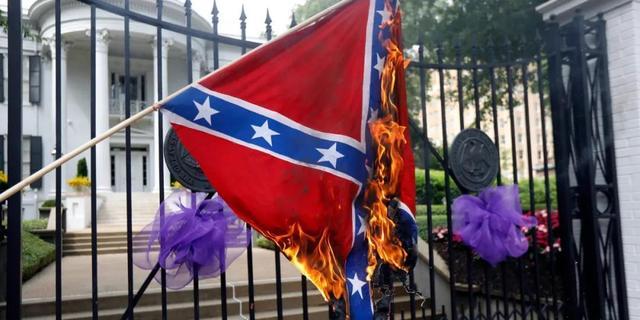 ▲密西西比州抗议者在州长官邸前点燃南方邦联旗帜。来源:美联社
