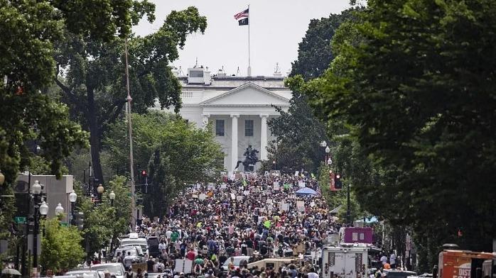 凤凰记者直击华盛顿最大规模游行,游行人数超20万