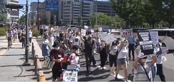 【哪家强】_日本也开始了!上千人到美国领馆前抗议游行