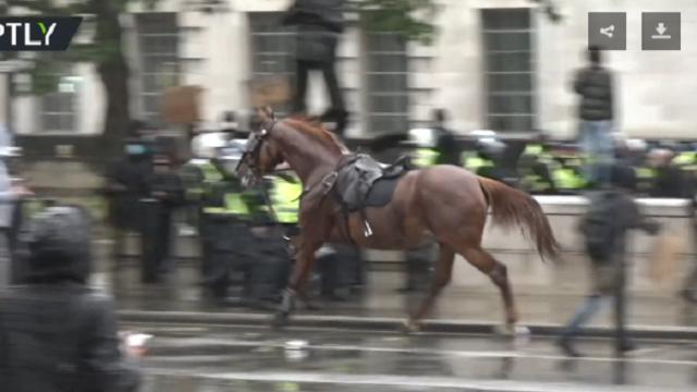 越闹越凶!英国抗议者首相府附近聚集 骑警被攻击马跑了
