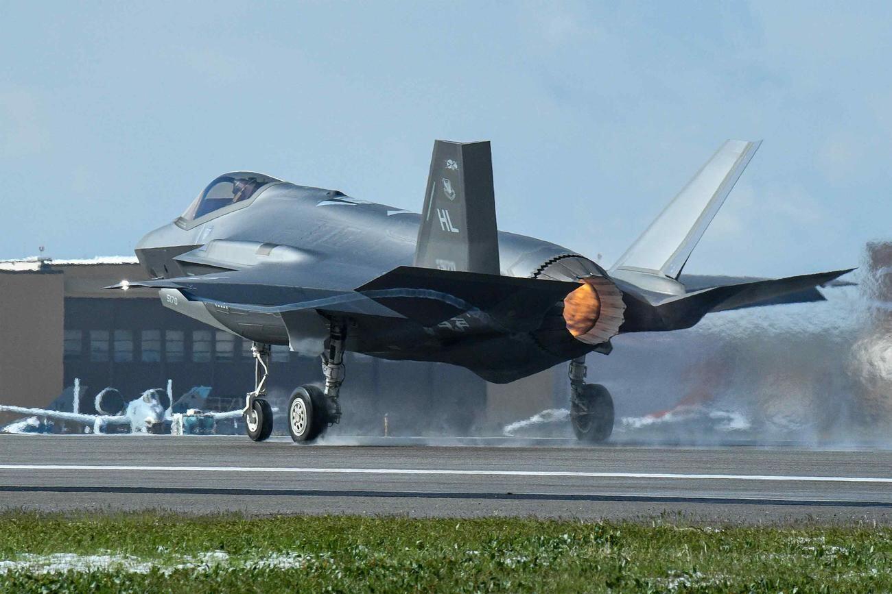 不到一个月又出事:美军F-35五代机降落时起落架折断