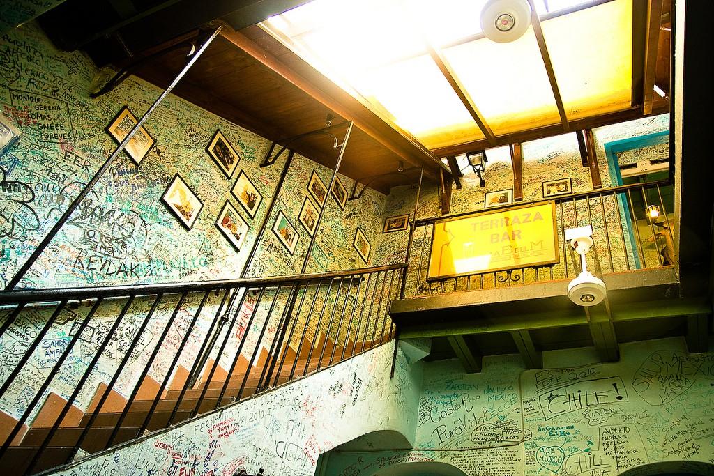 酒吧墙上都是各国游客的签名 资料图