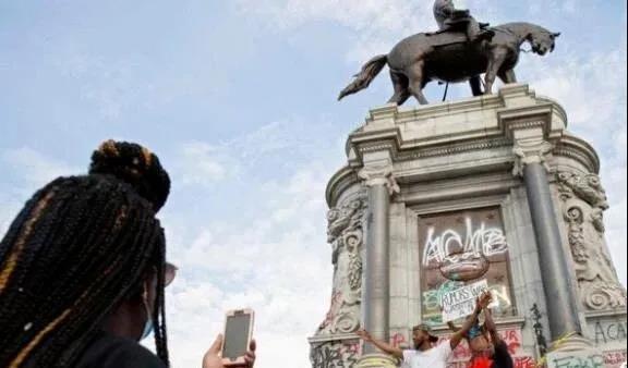 ▲被画满涂鸦的罗伯特·李将军雕像 来源:环球网
