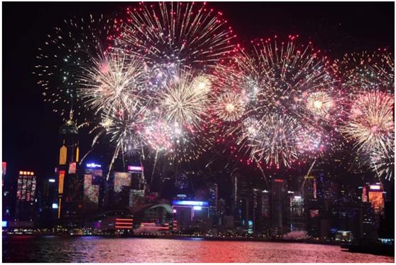 2018年10月1日晚9时,香港维多利亚港开始国庆烟花汇演。来源:ICphoto