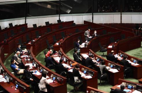 【搜索百度】_香港反对派无视警告喊口号包围主席台 7分钟内10人被赶离现场