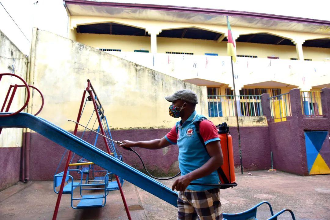 ▲5月29日,一名教职工在喀麦隆首都雅温得即将复课学校内进行消杀作业。新华社发(科普索摄)