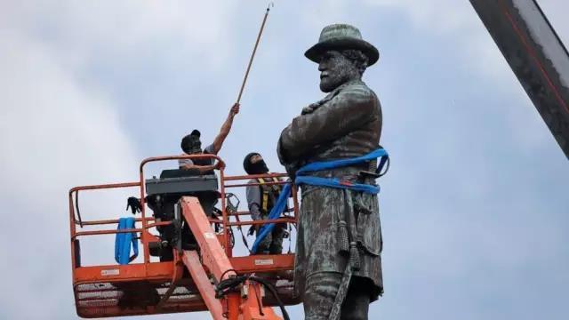 时至今日,围绕一系列美国内战时期南方邦联人物雕像的去留,美国社会仍存在不同看法。一些美国人认为,推倒南方邦联人物雕像就是在抹去美国部分历史。纪念这些雕像实际上是因为它们代表了南方的骄傲,而不是为了纪念一场支持奴隶制的叛乱运动。