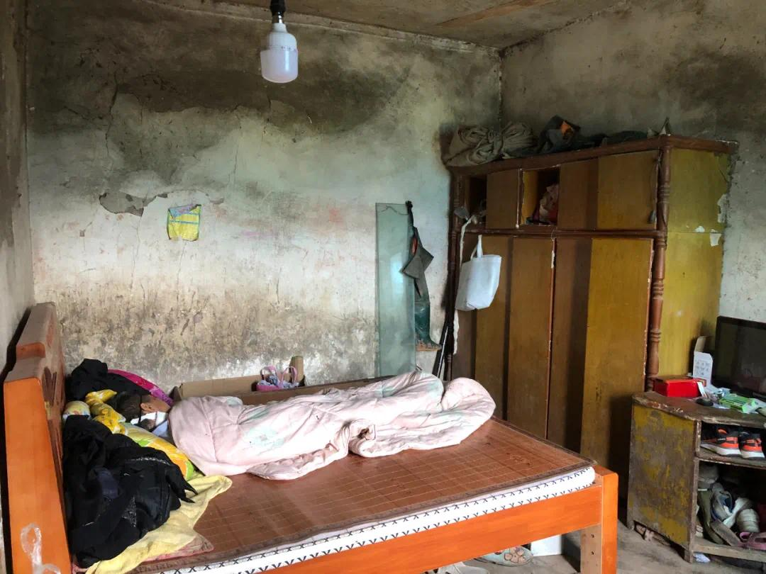 ▲廖银超的床,是妹妹花了千余元买回来的,也是家中为数不多的完好家具。新京报记者杜雯雯 摄