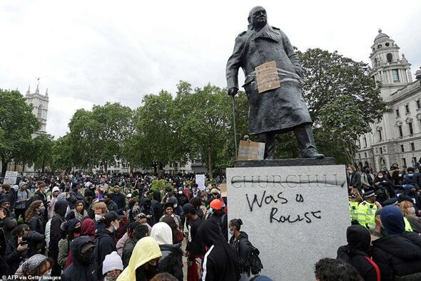 7日,伦敦议会广场上,丘吉尔雕像被示威者肆意涂鸦。