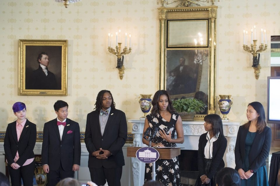 2015年黄艾琳(右一)在白宫接受奥巴马夫人颁奖