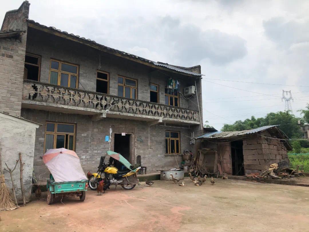 ▲村里条件好一点的家庭大多在城里买了房,只有廖家的二层红砖房还维持着30年前的模样。新京报记者杜雯雯 摄