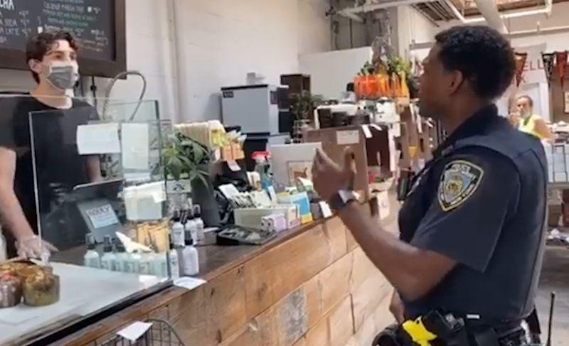 【移动搜索】_ 黑人警察不能借用厕所?纽约店家忙澄清:疫情期间不开放