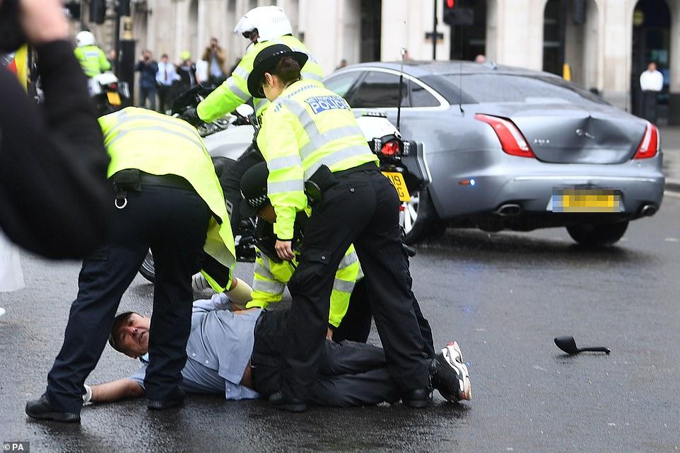 【石家庄亚洲天堂】_抗议者冲撞首相车队致两车相撞:约翰逊在车内 座驾撞出大坑