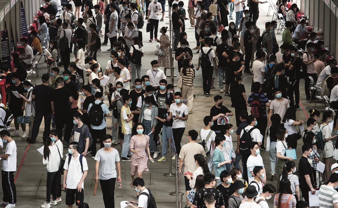 2020 年 6 月 1 日,2020 夏季武汉市高校毕业生首场线下招聘活动在江汉大学举行。图 /IC