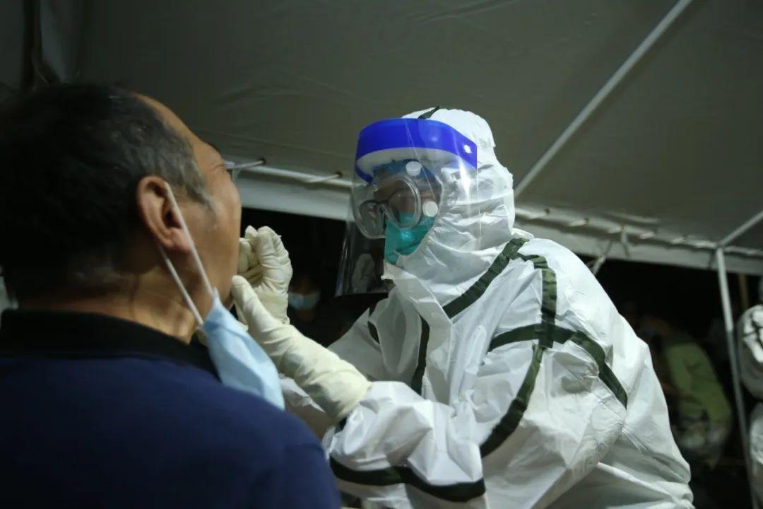 【刘可为】_高温之下,北京核酸检测现场