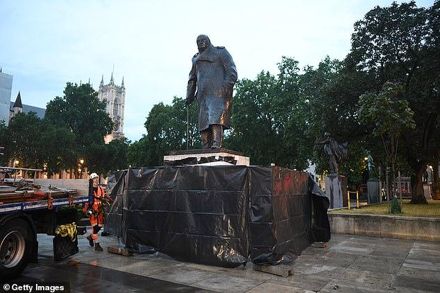 """【桑洁简介】_为迎接马克龙访英 被封存的丘吉尔雕像又""""重见天日"""""""