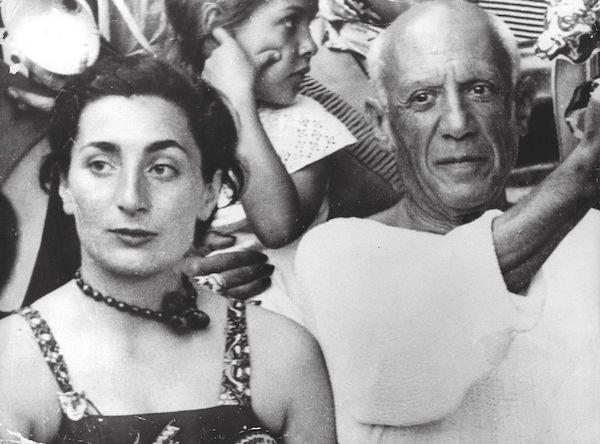 毕加索 《利斯特拉塔研究》(1933)是凯瑟琳•霍丁被盗的作品之一,后者的母亲杰奎琳(左)就是毕加索的妻子。