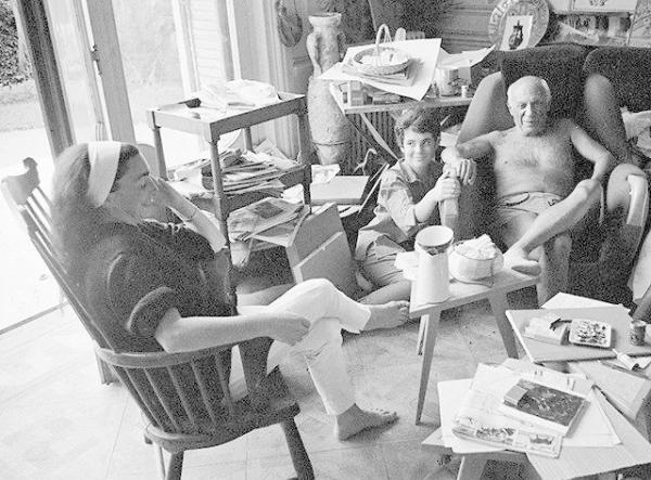 杰奎琳(左一)、凯瑟琳•霍丁(左二)与毕加索