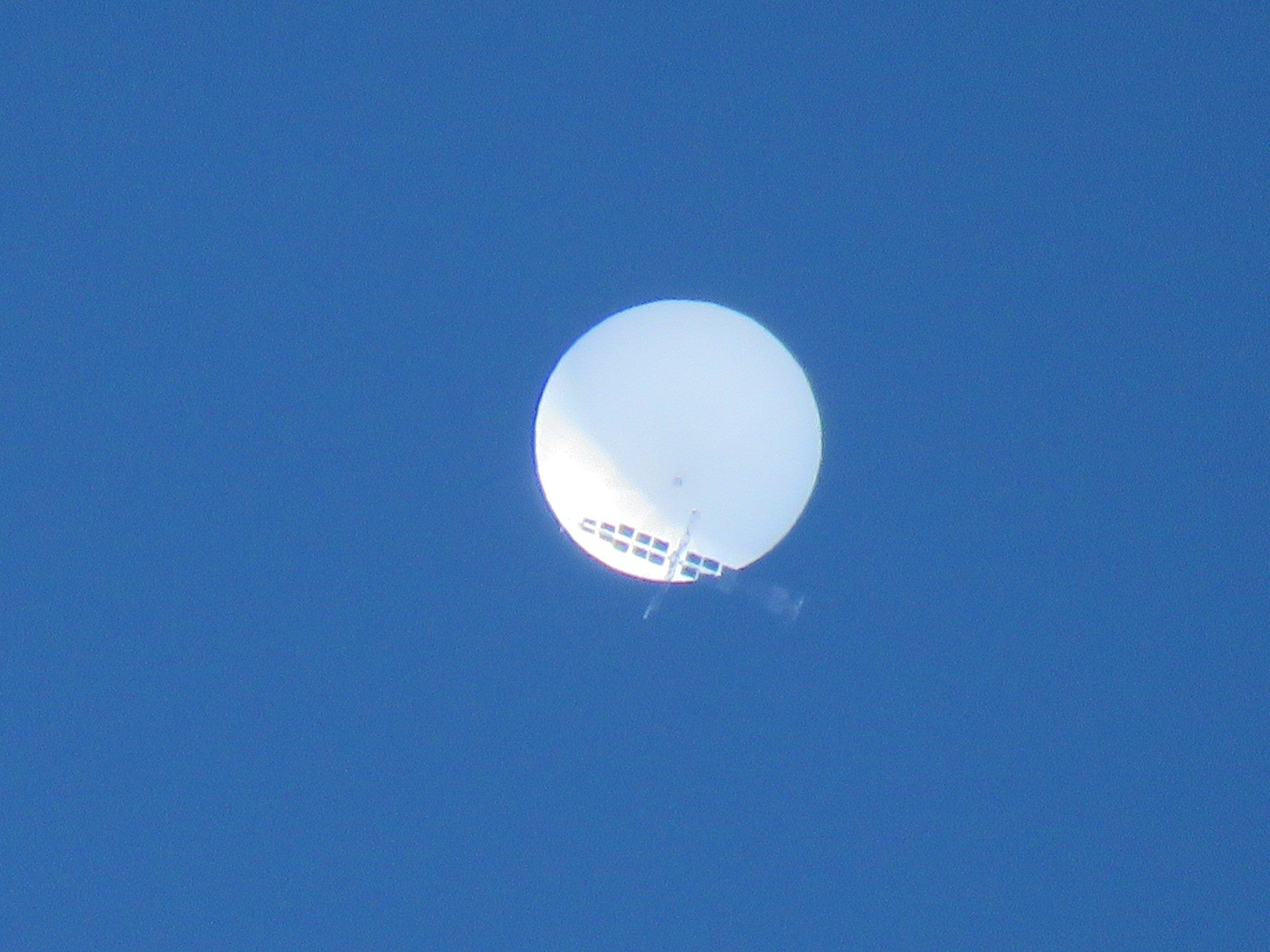 日本上空出现白色不明球体 自卫队直升机尝试接近