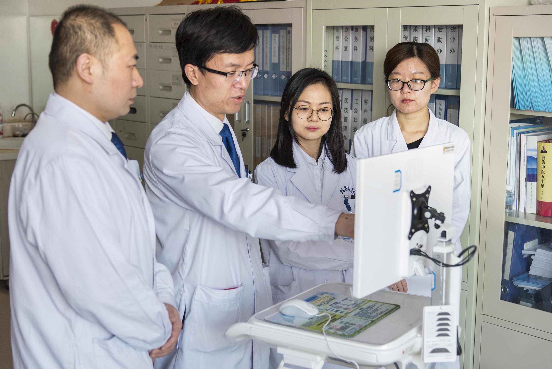 李强在与科室的同事分析病情