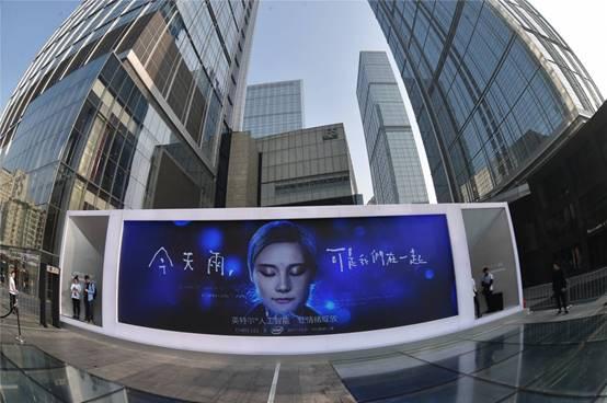 成都街头的一块广告牌播放AI的广告