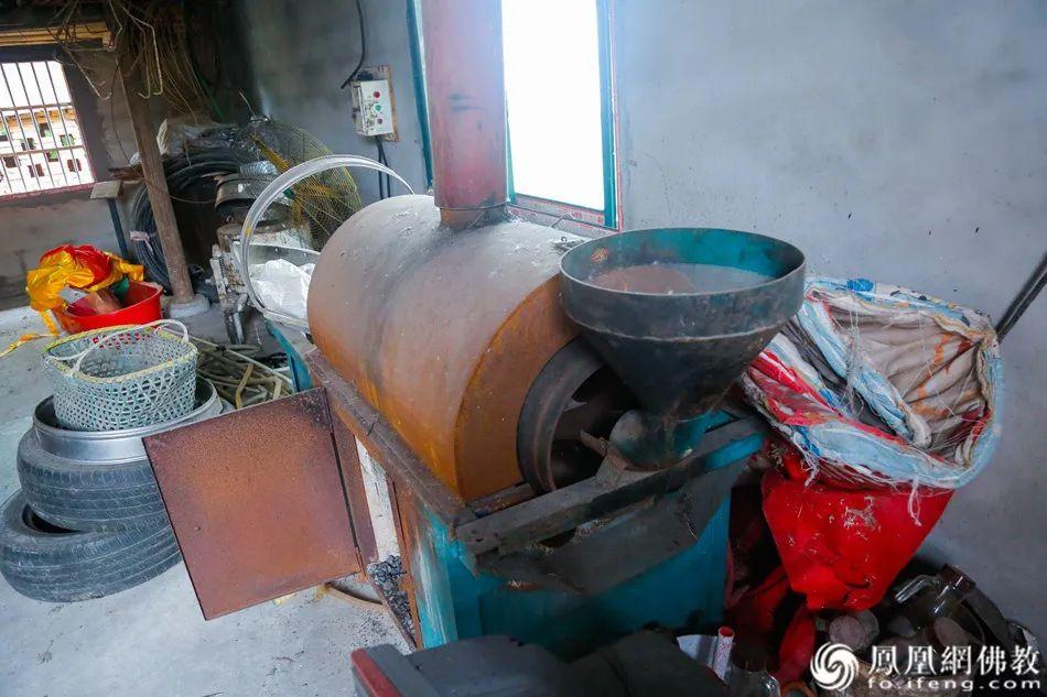 油坊里的榨油机器,村里的青壮年大多出去务工,果度法师经常照顾村里的留守老人,帮他们种田、榨油。(图片来源:凤凰网佛教)
