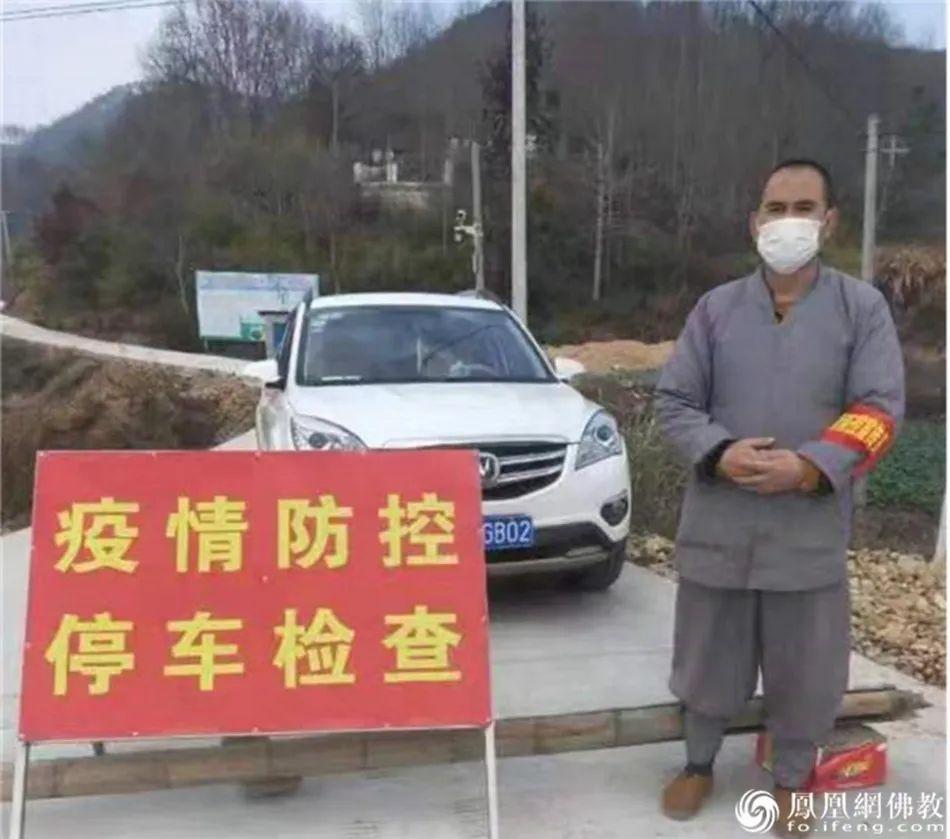 融妙法师在村疫情防控点工作的照片(安庆市佛教协会供图)