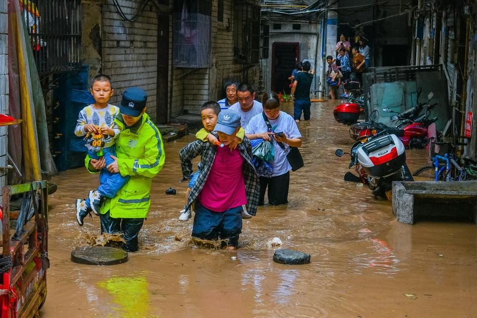 重慶綦江史上最大洪峰過境,淹沒二層居民樓