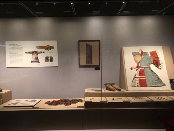 """中国丝绸博物馆的""""丝路岁月:大时代下的小故事""""展厅现场"""