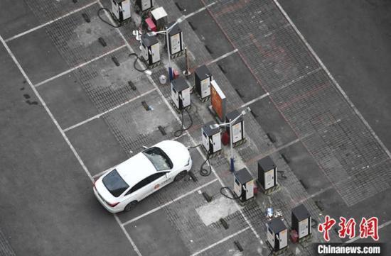 资料图:4月9日,重庆大渡口一停车场内,一新能源车辆正在充电桩处进行充电。<a target='_blank' href='http://www.chinanews.com/'>中新社</a>记者 陈超 摄